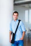 Przystojny student collegu na kampusie Zdjęcie Stock