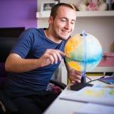 Przystojny student collegu studing w domu obraz royalty free