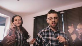 Przystojny szczęśliwy Europejski młody brodaty mężczyzna cieszy się tana przy zabawy domowym przyjęciem z przyjaciela zwolnionego zbiory