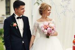 Przystojny szczęśliwy fornal i piękna blondynki panna młoda w bielu ubieramy a Obraz Royalty Free