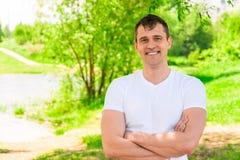 Przystojny szczęśliwy mężczyzna 35 lat ono uśmiecha się, horyzontalny portret wewnątrz zdjęcia stock