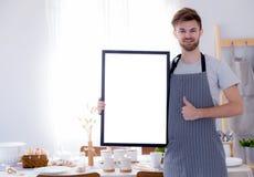 przystojny szef kuchni pokazuje pustemu miejscu pustego deskowego menu znaka dla restauraci Fotografia Stock