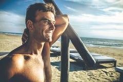 Przystojny uśmiechnięty mężczyzna plenerowy na plaży przy morzem fotografia royalty free