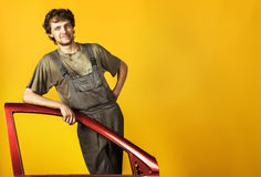 Przystojny uśmiechnięty mechanika kolor żółty zdjęcie royalty free