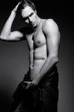 Przystojny umięśniony dysponowany samiec modela mężczyzna pokazuje jego brzusznych mięśnie Fotografia Stock