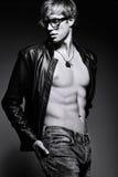 Przystojny umięśniony dysponowany samiec modela mężczyzna pozuje w studiu pokazuje jego brzusznych mięśnie Obraz Royalty Free