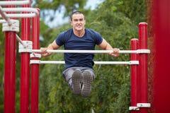 Przystojny zdrowy sportowiec ćwiczy w błękita mundurze obraz royalty free