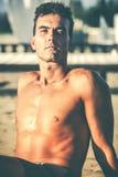 Przystojny zrelaksowany mężczyzna na plaży obrazy royalty free