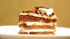 Przystosowywać ostrość przy kawałkiem warstwa czekoladowy tort zdjęcie wideo