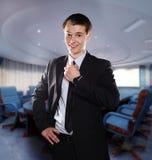 przystosowywa biznesmena jego o uśmiechnięci krawata potomstwa Obrazy Royalty Free