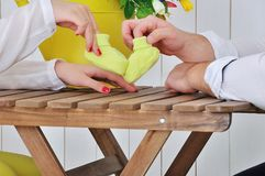 Przyszłość wychowywa mienie ręki i parę mali buty Obrazy Stock