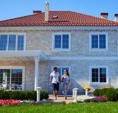 Przyszłość wychowywa w ich nowego domu odprowadzeniu na gazonie Obraz Stock