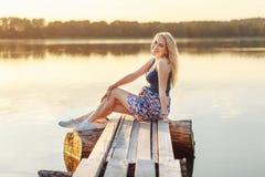 Przyszłościowa mama siedzi na plaży przy zmierzchem obraz royalty free