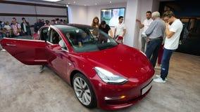 Przyszłościowi klienci podziwia tesla model 3 przy Samochodowym motorowym przedstawieniem zbiory