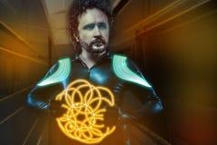Przyszłościowy żołnierz, wojownika lateksowy kostium i futurystyczna broń, pomarańcze Fotografia Stock