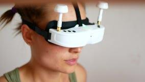 przyszłościowy teraz Piękna młoda żeńska bawić się gra w vr szkłach Piękny kobieta dotyk coś używa nowożytny wirtualnego zdjęcie wideo
