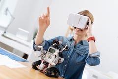 Przytłaczająca kobieta bada VR indoors Obraz Royalty Free