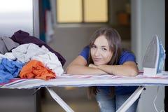 Przytłaczająca z obowiązki domowe śliczna kobieta Fotografia Stock