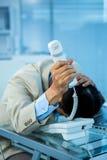 Przytłaczający azjatykci biznesmen odpowiada telefon zdjęcie royalty free