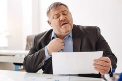 Przytłaczający pracowity mężczyzna uczucie stresujący się fotografia royalty free