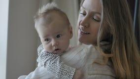 przytulanie mama dziecka zdjęcie wideo