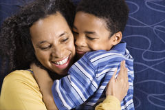 przytulenia syna kobieta Zdjęcia Royalty Free