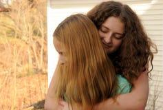 przytulenie siostry fotografia stock