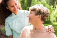 Przytulenie starszej osoby dama fotografia stock
