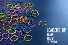 Przywódctwo biznesu pojęcie żółty koloru gumowego zespołu prowadzenie inny kolor z przywódctwo, drużyną, zaufaniem i szacunekiem  obraz royalty free