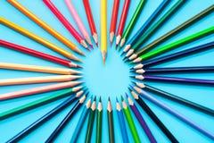 Przywódctwo biznesu pojęcie Pomarańczowego koloru ołówkowy prowadzenie inny kolor fotografia royalty free
