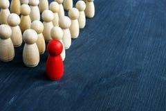 Przywódctwo i zarządzanie w biznesie Małe postacie na biurku zdjęcie stock