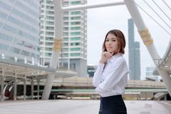 Przywódctwo kobiety biznesu pojęcie Portret ufna młoda Azjatycka bizneswoman pozycja przy miastowym budynku tłem Zdjęcie Stock