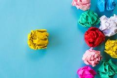 Przywódctwo pojęcie Kolor żółty miący papieru prowadzenie wśród inny obraz stock