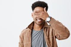 Przywdziewam ` t widzię ciebie Zamyka w górę portreta młody atrakcyjny zmrok skinned mężczyzna z afro fryzurą w przypadkowej jesi Zdjęcie Stock