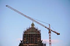 Przywrócenie dziejowy budynek muzeum narodowe w Praga, z wysokim żurawia i metalu rusztowaniem Obrazy Stock