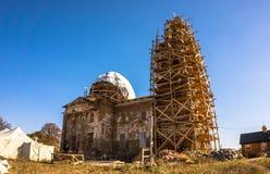 Przywrócenie stary zniszczony Ortodoksalny kościół Antyczna architektura Europa obraz stock