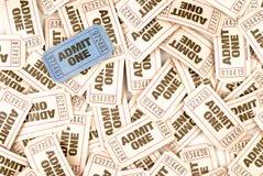 Przyznaje jeden kinowego biletowego tło z jeden unikalnym błękitnym biletem fotografia royalty free