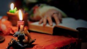 Psíquico fêmea invocando os espírito com velas, mágica e os feiticeiros ardentes vídeos de arquivo