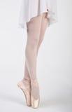 Pés bonitos de uma bailarina no pointe Fotografia de Stock Royalty Free