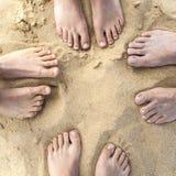 Pés da família na praia Fotografia de Stock