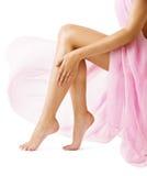 Pés da mulher, menina na tela cor-de-rosa de pano, pele lisa do pé magro Foto de Stock Royalty Free