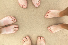 Pés de uma família na praia Imagens de Stock Royalty Free