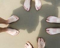 Pés de uma família na praia Imagem de Stock Royalty Free