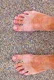 Pés do homem na praia Imagens de Stock