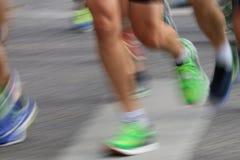 Pés e pés coloridos running Imagens de Stock