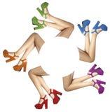 Pés e pés de uma mulher com as sapatas coloridas no círculo Imagens de Stock Royalty Free