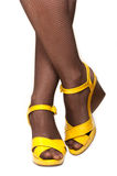 Pés femininos, sandálias amarelas Fotos de Stock Royalty Free