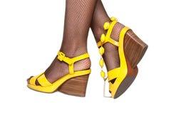 Pés femininos, sandálias amarelas, accessor Imagens de Stock Royalty Free
