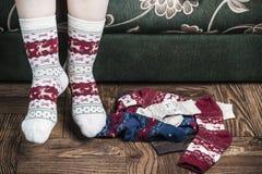 Pés fêmeas do Natal nas peúgas Imagem de Stock Royalty Free