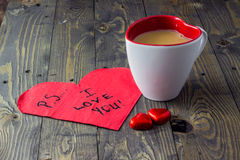 PS ich liebe dich mit Tee auf Holztisch Stockfoto